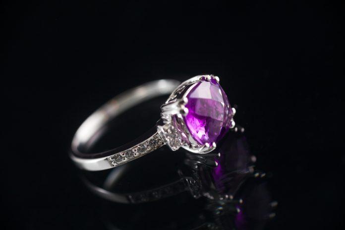 Pierścionek z ametystem. Co symbolizuje ten magiczny kamień?