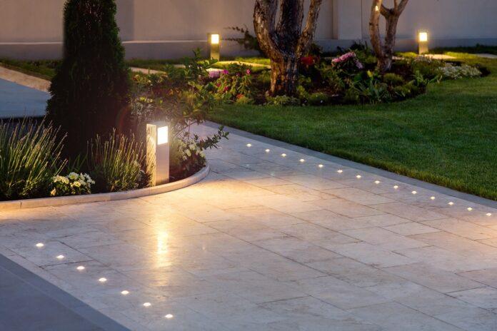 Funkcjonalne oświetlenie ogrodu. Jakie warunki powinno spełniać?