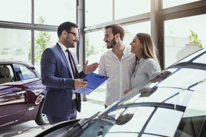 Zakup auta w salonie samochodowym - dlaczego to się opłaca?